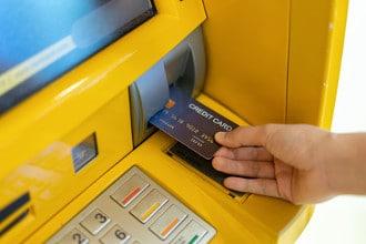 In vielen Ländern muss beim Geld abheben mit hohen Gebühren gerechnet werden